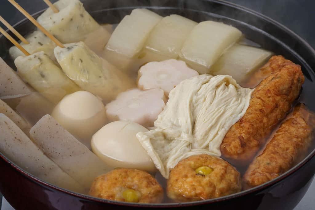 ストウブ鍋の中の下鴨茶寮の京おでん、おでんの中で生湯葉が浮かぶ
