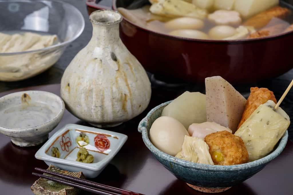 器に盛り付けた下鴨茶寮の京おでん・日本酒・柚子胡椒・箸