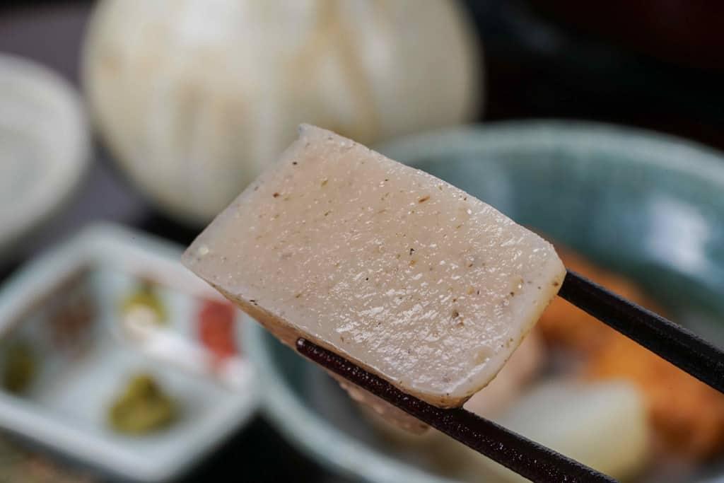 下鴨茶寮の京おでんのこんにゃくを箸でつまむ