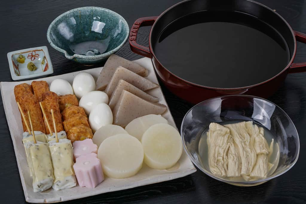 下鴨茶寮の京おでんセットのおでん種を皿に並べてストウブ鍋にスープを入れる、調理する前の下鴨茶寮の京おでん鍋セット