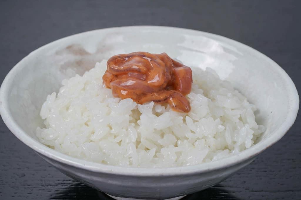 茶碗に盛った炊きたての白飯の上に駒嶺商店の真いか塩辛をのせる