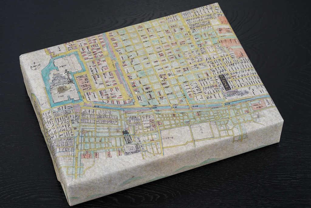 三和の純鶏名古屋コーチン水炊き鍋セットのパッケージ、包装紙に包まれた箱、お取り寄せ鍋料理、通販鍋