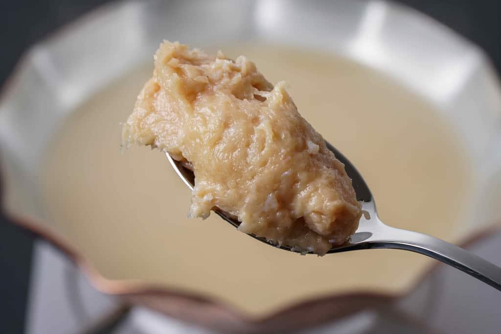銅鍋の中で煮立っている水炊きスープに名古屋コーチンつくねを入れる
