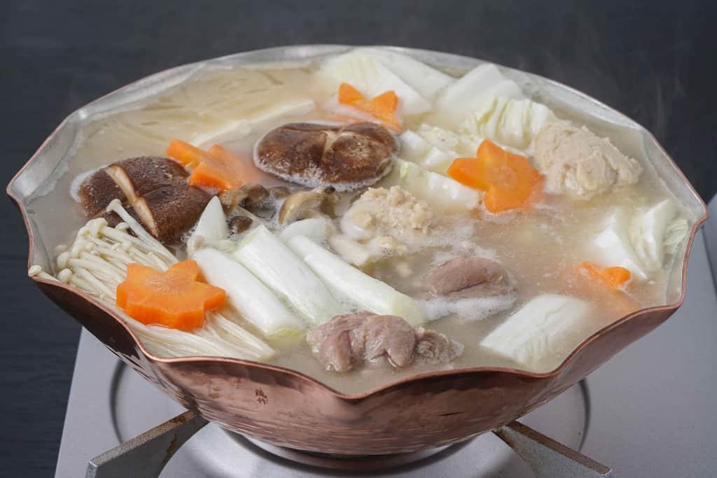 銅鍋で調理する水炊き鍋、