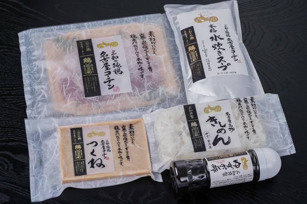 三和の純鶏名古屋コーチン水炊き鍋セットの具材をテーブルの上に並べる