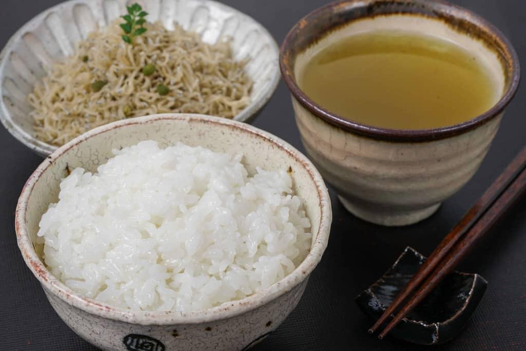 下鴨茶寮のちりめん山椒・茶碗に1杯の白飯・緑茶・箸・箸置き
