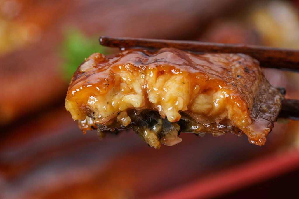 うなぎ屋たむろのウナギ蒲焼きの断面、ふっくらと肉厚なうなぎ蒲焼