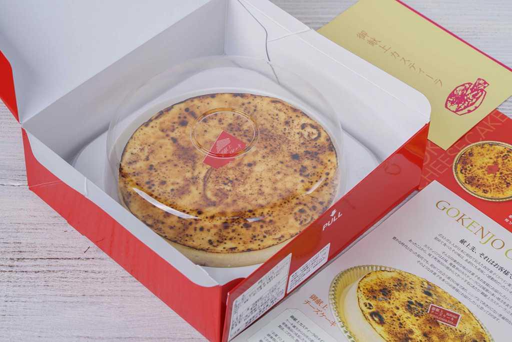 ケーキ専用の化粧箱に入った御献上チーズケーキとリーフレット、スイーツのお取り寄せ