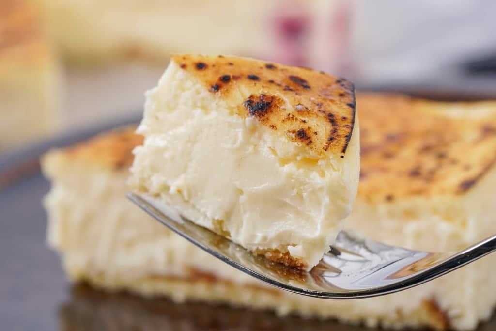 フォークの上に乗った一口大の御献上チーズケーキ