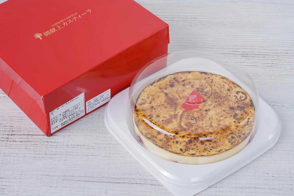 真っ赤なケーキ専用の化粧箱と透明容器に入った御献上チーズケーキ、通販・お取り寄せスイーツ
