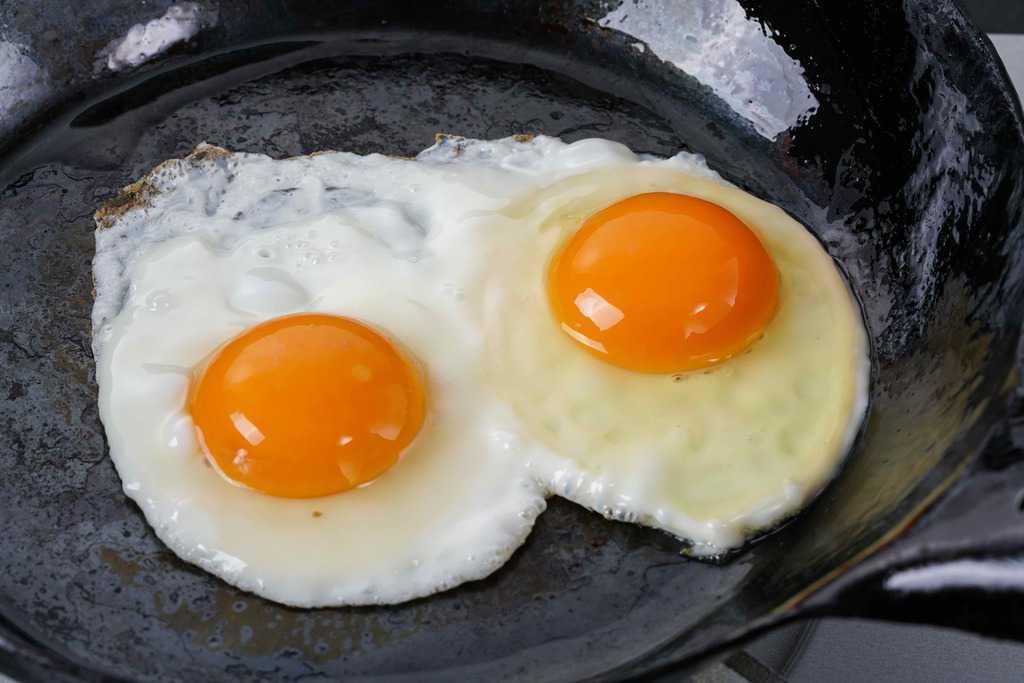 鉄フライパンで目玉焼き2個作る、田子たまご村の平飼い有精卵2個を卵焼きにする