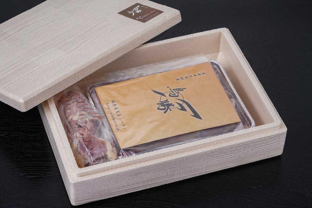 鳥勝から取り寄せた名古屋コーチン生肉(1羽分)が入った発泡スチロール箱を開ける、お取り寄せ地鶏、通販地鶏