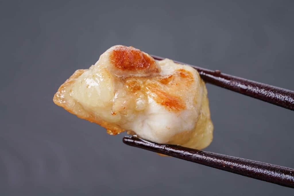 名古屋コーチンのぼんじりのグリルを箸でつまむ