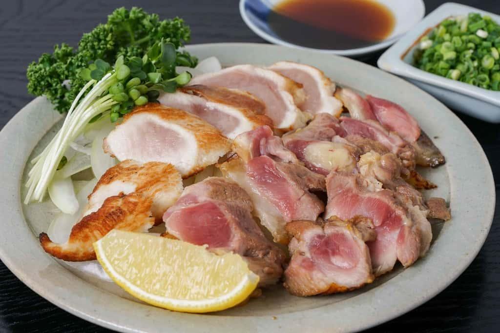 鳥勝の名古屋コーチンのモモ肉とムネ肉で作った地鶏のたたき、地鶏のたたき・レモン・かいわれ大根・パセリ・小葱・ポン酢