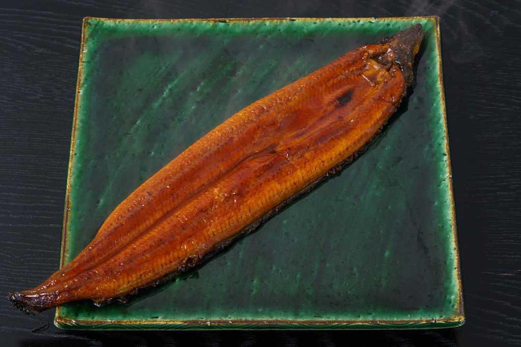 湯煎して皿の上に乗せた越前かに職人甲羅組の鹿児島県産特大うなぎ蒲焼き1尾、鰻1尾