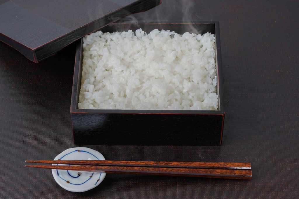 うな重用の重箱に詰めた炊きたてのご飯・箸置き・箸