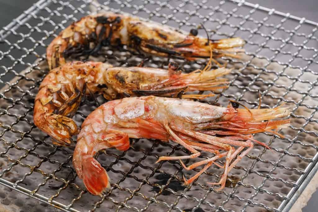 セラミック焼き網の上で焼いて少し焦げた牡丹海老3尾