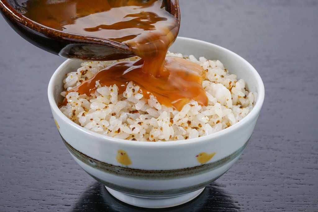 飯碗1杯分の神宗の「つぶ昆」の混ぜご飯に溶いた卵とだし醤油をかける、卵かけごはん