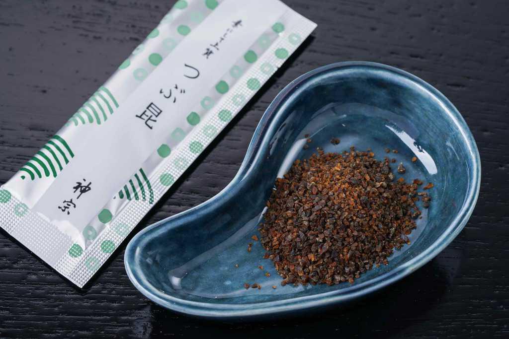 神宗のつぶ昆、つぶ昆を小皿に盛り付けてパッケージとともに