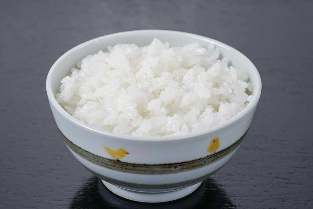 茶碗に盛られた炊きたての白いご飯