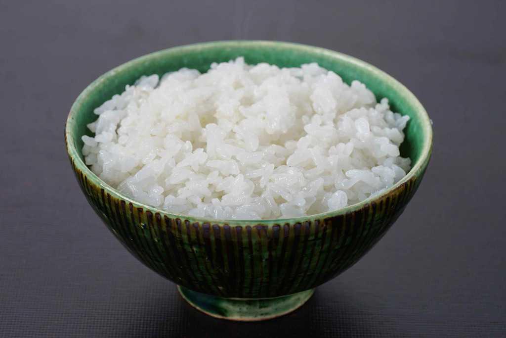 茶碗一杯に盛り付けた炊きたての白いご飯、飯碗の中の白飯
