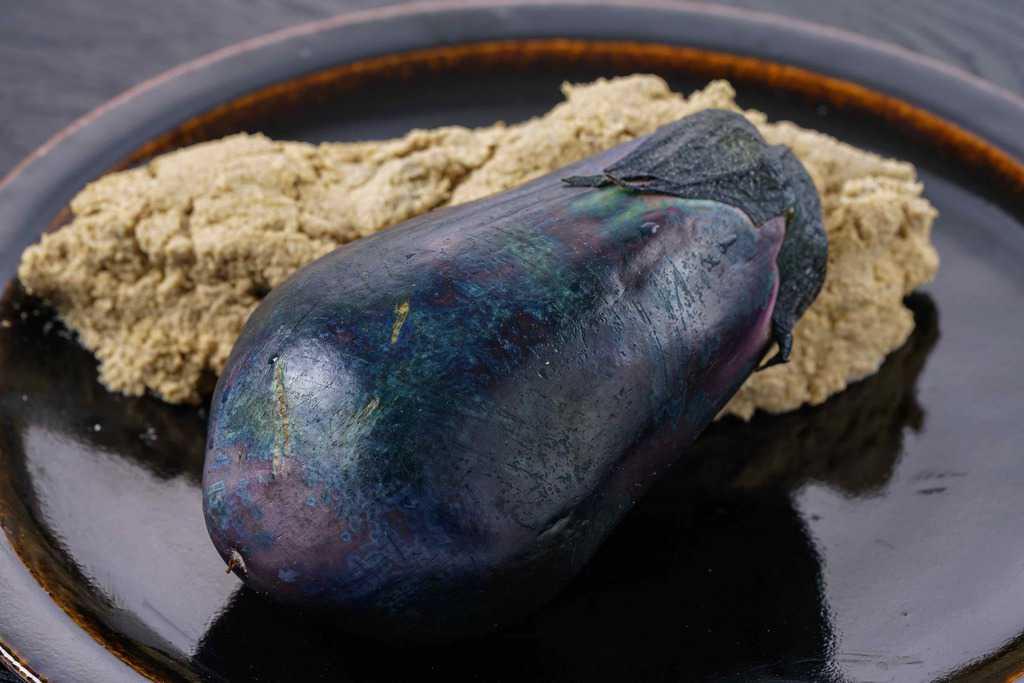 皿に盛られた泉州水なす糠漬け1個と糠床のかたまり