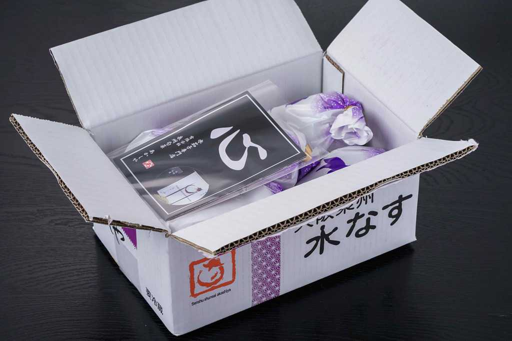 泉州旬菜あかしやからお取り寄せした「水なす糠漬(水ナス漬)5個入」の箱を開ける、通販した水なす漬け5個セット