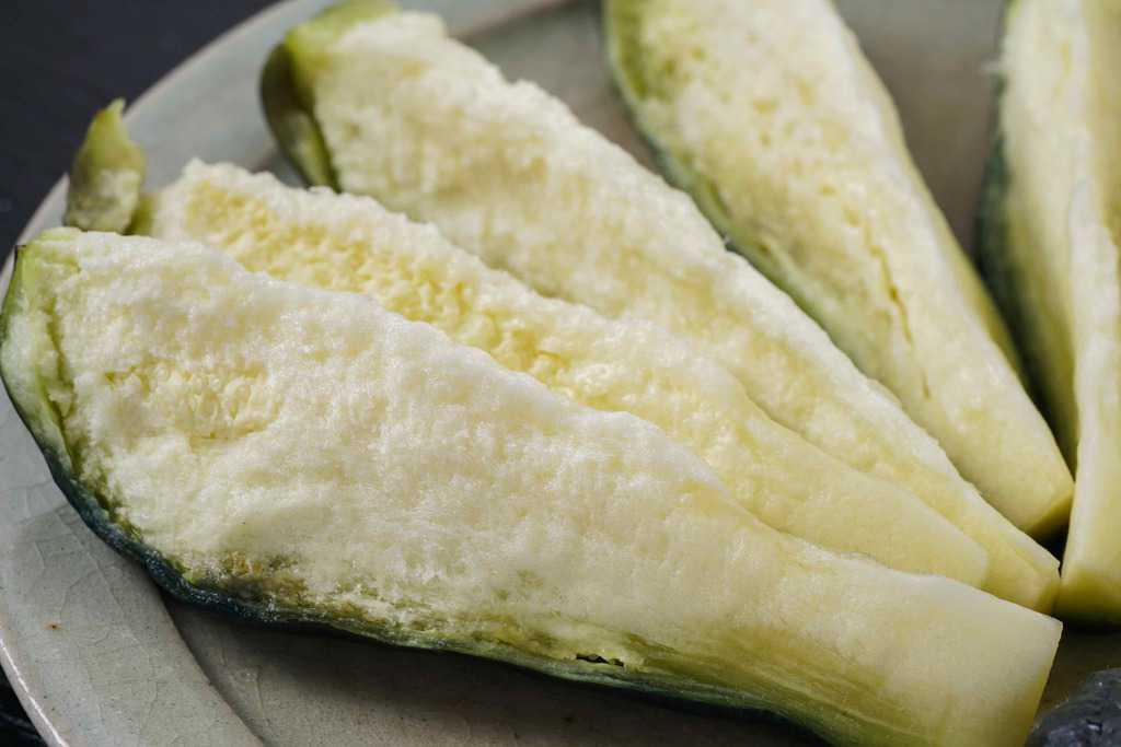 食べやすい大きさにカットして皿に盛り付けられた泉州旬菜あかしやの水なす糠漬1個分