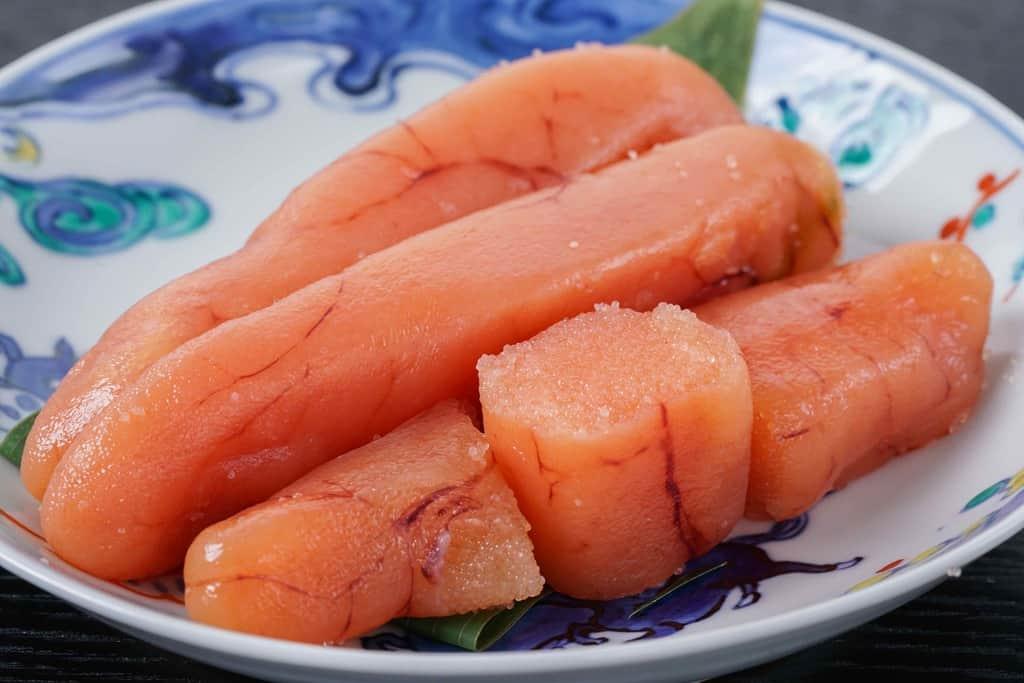 たらこ家虎杖浜の多良の子 極漬をカットして皿に盛り付ける、小皿の上の生タラコ