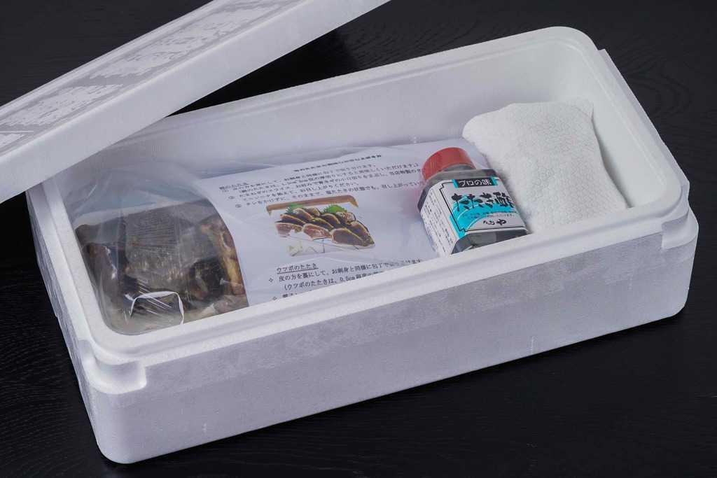 土佐料理たたき亭のかつおうつぼタタキセットが入った発泡スチロール箱のふたを開ける