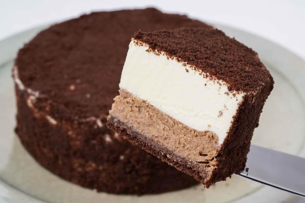 ケーキサーバーの上に乗ったルタオのショコラドゥーブル、2層仕立てのチーズケーキ