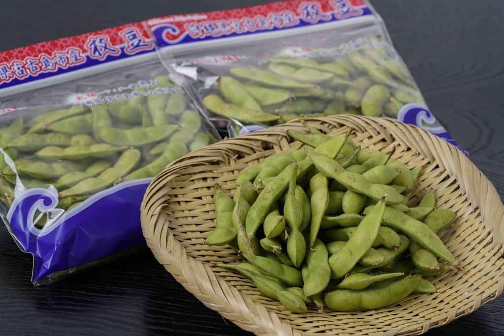 竹ざるに盛られた沖縄県宮古島産の生の枝豆「おつな姫」200g