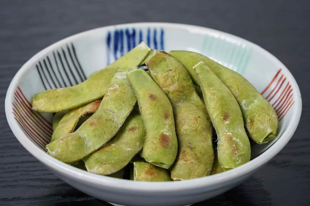 沖縄県宮古島産の枝豆「おつな姫」の焼き枝豆、小鉢に盛り付けた焼き枝豆
