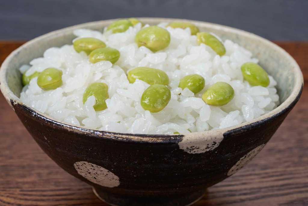 茶碗に盛り付けた沖縄県宮古島産の枝豆「おつな姫」を使った枝豆ご飯