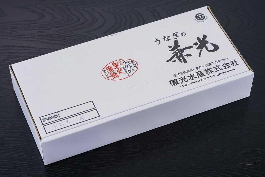 愛知県「うなぎの兼光」からお取り寄せしたうなぎの蒲焼が入った白いダンボール箱、外装箱