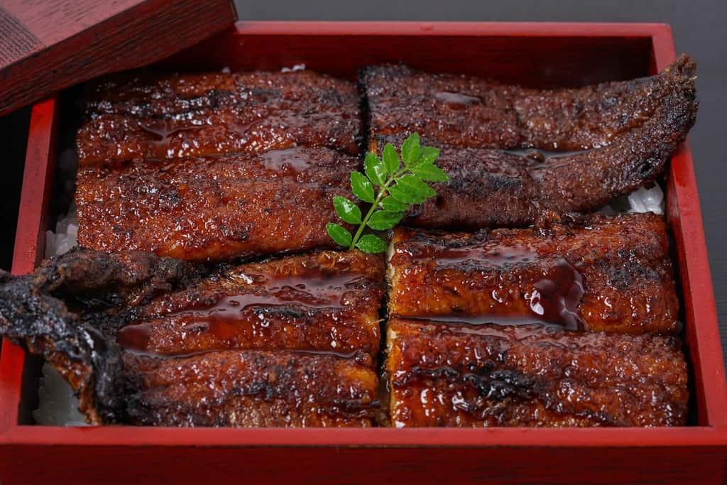 うな丼・うな重に木の芽をあしらう、うなぎの兼光のお取り寄せ炭火手焼きうなぎの蒲焼