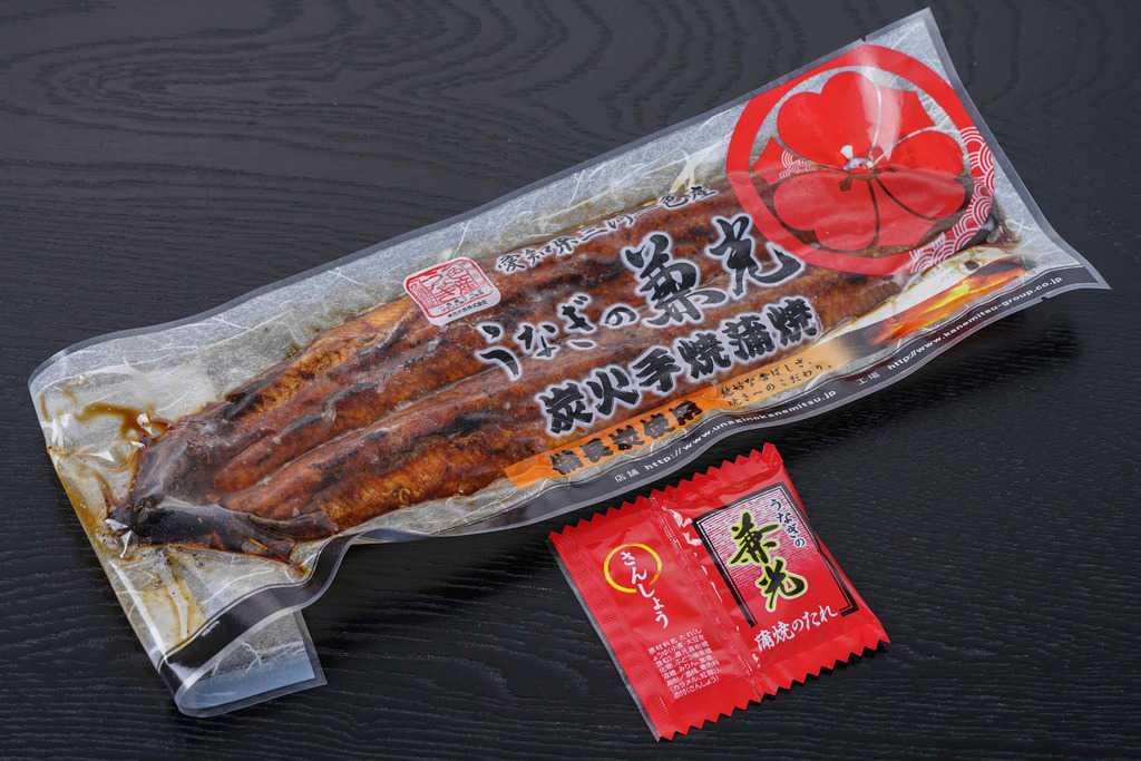 通販で購入したうなぎの兼光の炭火手焼きうなぎ蒲焼き(特大サイズ)とタレ・山椒