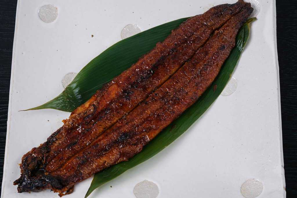 皿の上に乗った特大サイズの炭火うなぎ蒲焼き、うなぎの兼光のお取り寄せうなぎ蒲焼きを湯煎して皿に乗せる