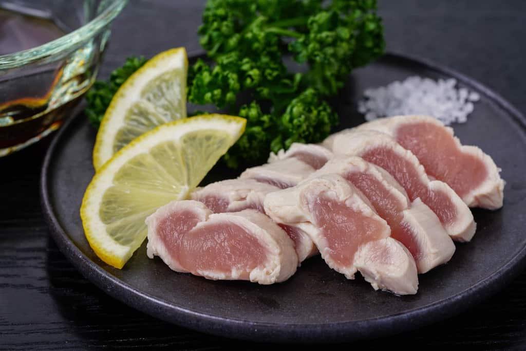 伊達の地鶏川俣シャモのササミポン酢・レモンスライス・パセリ・岩塩