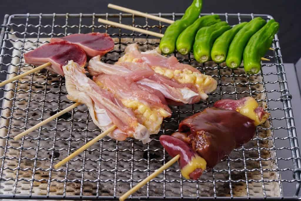 川俣シャモの焼き鳥、軍鶏肉で焼き鳥を作る、砂肝串・鳥レバー串・手羽先の串焼き・砂肝串・ししとう串焼き