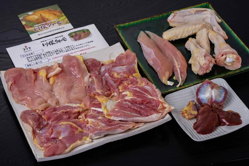 伊達の地鶏「川俣シャモ」オス1羽の肉を皿に盛り付ける、通販地鶏の肉、軍鶏肉、シャモ