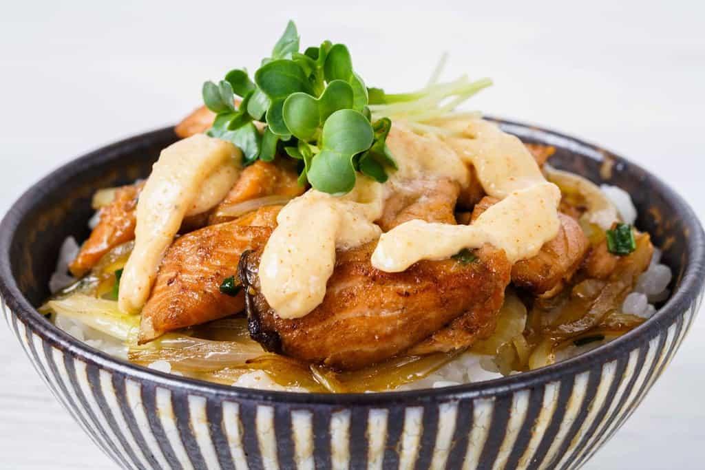 ソテーした鮭と玉ねぎを盛り付けたご飯に明太マヨネーズをかける、明太マヨネーズ丼