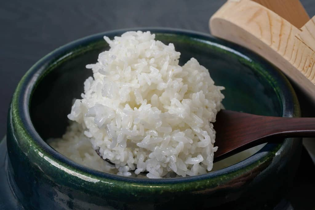 炊きたての北海道産ゆめぴりかをしゃもじですくい上げる