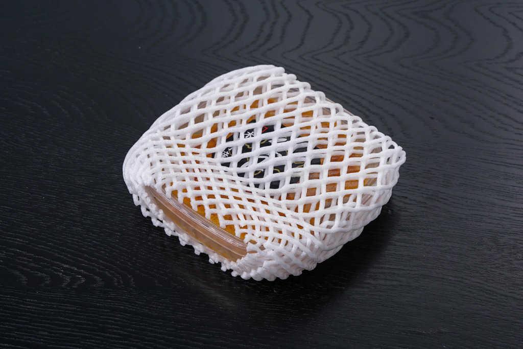 クッション材に包まれた通販・お取り寄せエゾバフン生うに100g入(無添加塩水パック)