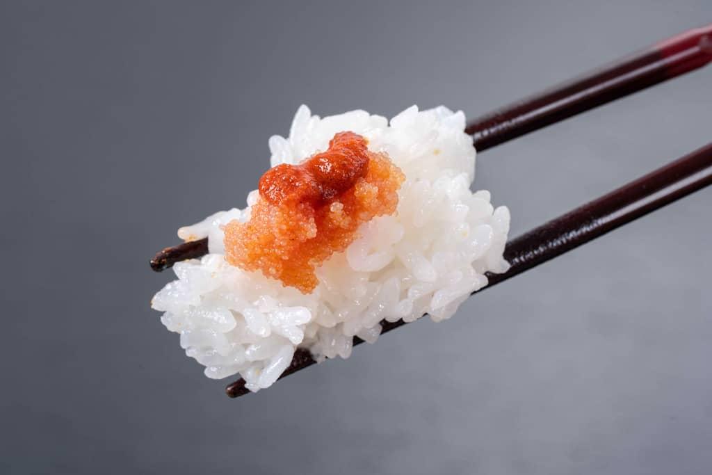 箸でひとつまみの白飯とふくやの激辛辛子明太子「辛皇(ホットエンペラー)」