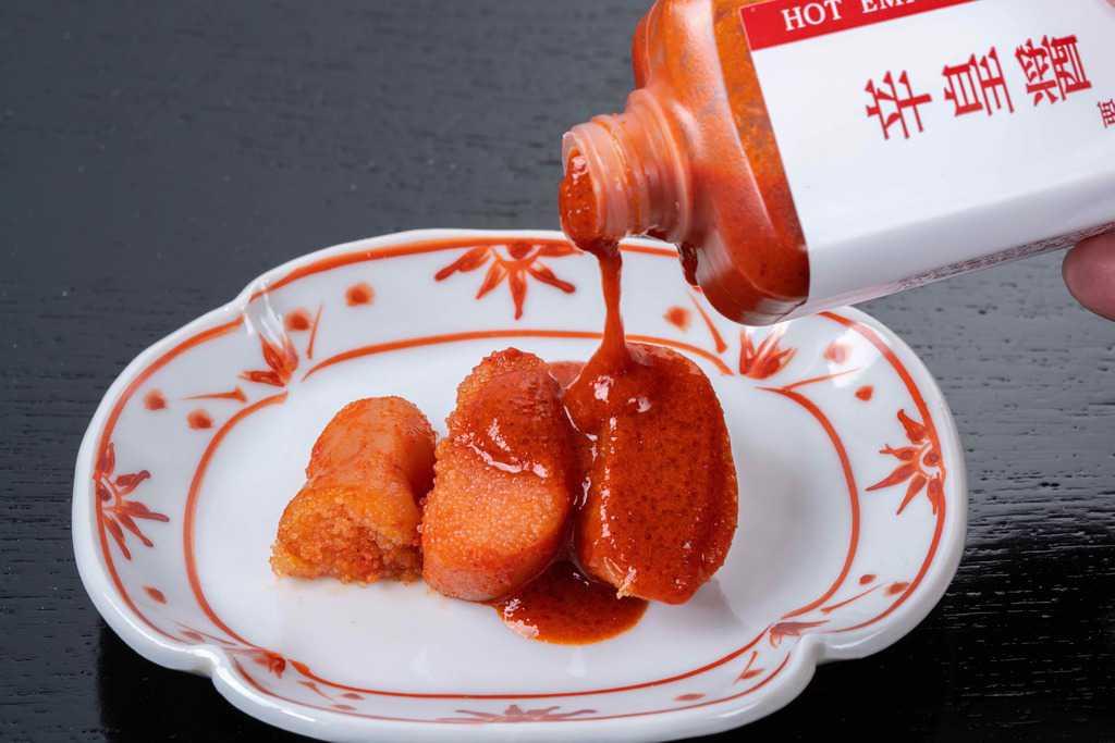 ふくやの辛子明太子「辛皇」に辛皇醬(ホットエンペラーソース)をかける、博多辛子明太子に激辛ソースをかける