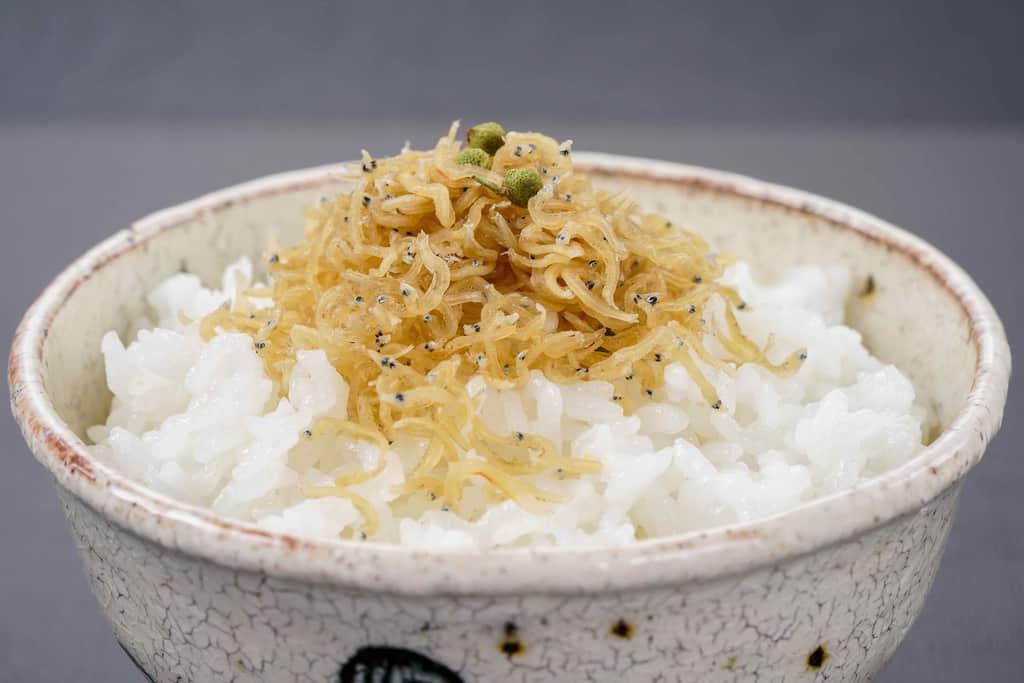 白いご飯の上に山盛りのちりめん山椒、京都華とうのお取り寄せおじゃこと山椒