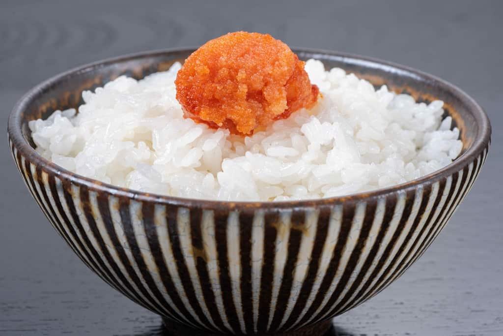 博多辛子明太子ごはん、味の明太子ふくやの「辛皇(ホットエンペラー)」一切れを炊きたてご飯の上にのせる