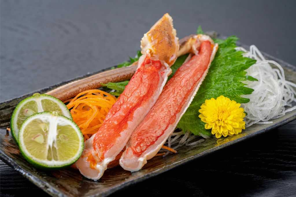 越前かに職人甲羅組のカット生ずわい蟹で作る刺身、ズワイガニの刺身