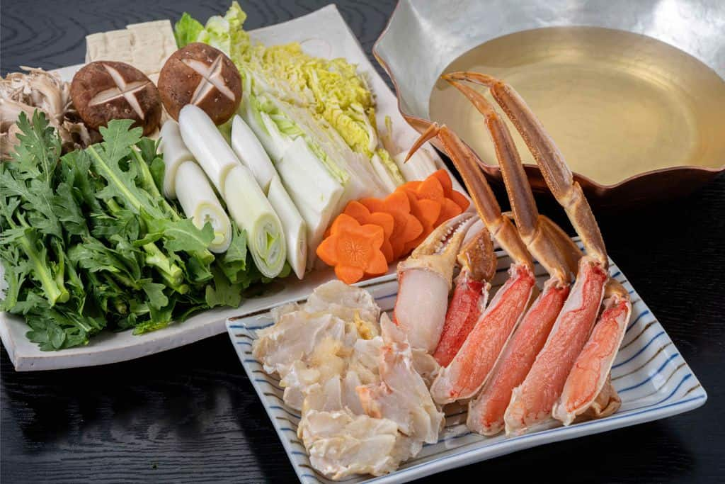 ズワイガニ鍋のセット、越前かに職人甲羅組のカット生ずわい蟹と野菜と銅鍋に入ったスープ